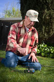 Mann, der nahe bei Hubschrauber knit Lizenzfreie Stockfotos