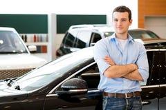 Mann, der nahe einem Auto steht lizenzfreie stockbilder