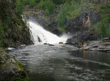 Mann, der nahe Wasserfall fischt lizenzfreies stockbild