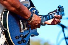 Mann, der nahes hohes der Gitarre spielt Stockfotografie