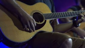 Mann, der nahes hohes der Gitarre spielt Akustische, klassische, hölzerne Gitarre Musiker Plays stock video footage