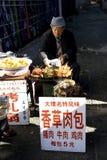 Mann, der Nahrung entlang Straße verkauft Lizenzfreie Stockbilder