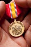 Mann, der Nationalverteidigung-Krieg-Medaille anhält Lizenzfreie Stockfotografie
