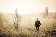 Mann in der Natur stockfotografie