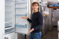 Mann, der neuen Kühlschrank wählt Lizenzfreies Stockfoto