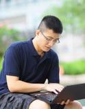 Mann, der Notebook-Computer verwendet Stockfotos