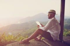 Mann, der Notenauflage während der Sommerreise in Latein-Amerika verwendet lizenzfreie stockfotos