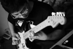 Mann, der oben Akustikgitarreabschluß spielt stockfotos