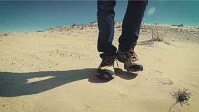 Mann, der oben auf einen Sahara Desert Dune-Abschluss geht stock video footage