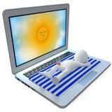 Mann, der oben auf einen sehr großen Laptop ein Sonnenbad nimmt stock abbildung