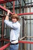 Mann, der oben auf Metallaufbauten sich zieht Lizenzfreie Stockfotos
