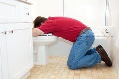 Mann, der oben in Badezimmer wirft Lizenzfreie Stockbilder