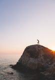 Mann, der oben den Hügel klettert Stockfoto
