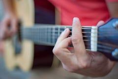 Mann, der oben Gitarre, Abschluss spielt lizenzfreies stockbild
