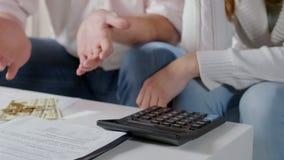 Mann, der oben Hände Quasigeld, Paar frustriert mit niedrigem Familienbudget wirft lizenzfreie stockbilder