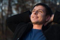 Mann, der oben im Herbstpark schaut Lizenzfreie Stockbilder