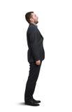 Mann, der oben mit offenem Mund schaut Lizenzfreie Stockfotografie