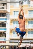 Mann, der oben Seil klettert stockbilder