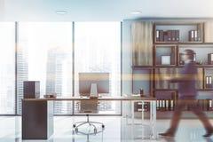 Mann, der in panoramisches CEO-Büro geht lizenzfreie stockfotos
