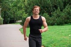 Mann, der in Park läuft Stockbild