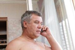 Mann, der per Telefon spricht Stockbild