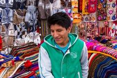 Mann, der peruanische Taschen und andere Andenken verkauft lizenzfreies stockfoto