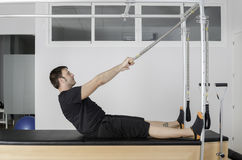 Mann, der pilates in Cadillac tut Lizenzfreies Stockfoto