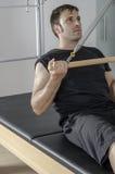Mann, der pilates in Cadillac tut Stockbild