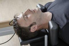 Mann, der pilates in Cadillac tut Lizenzfreie Stockbilder