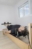 Mann, der pilates in Cadillac tut Stockbilder