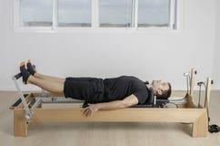 Mann, der pilates in Cadillac tut Lizenzfreies Stockbild