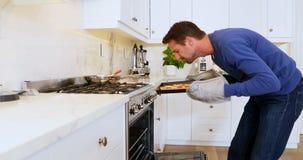 Mann, der Pizza vom Ofen 4k nimmt stock video