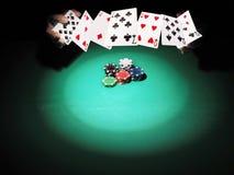 Mann, der Poker auf grünem Hintergrund spielt Lizenzfreie Stockfotos