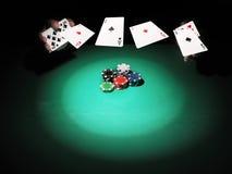 Mann, der Poker auf grünem Hintergrund spielt Lizenzfreies Stockbild