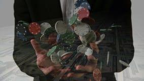 Mann, der Pokerchips h?lt stock video footage