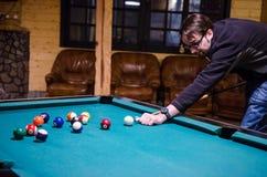 Mann, der Pool spielt Lizenzfreie Stockfotos