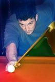 Mann, der Pool spielt Stockbild