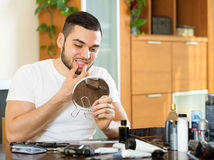 Mann, der Probleme mit den Zähnen entdeckt Stockfotografie