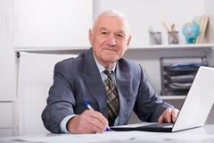 Mann, der produktiv arbeitet Lizenzfreies Stockbild