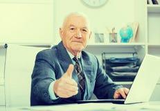 Mann, der produktiv arbeitet Stockbilder