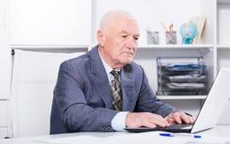 Mann, der produktiv arbeitet Lizenzfreie Stockbilder