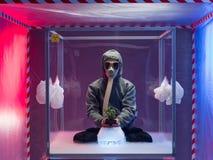 Mann in der Quarantäne, die mit Anlage experimentiert Lizenzfreie Stockfotos