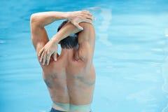 Mann, der Rückenübungen im Wasser tut Stockfotografie