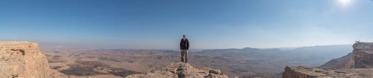 Mann, der Ramon Crater betrachtet Stockfotos
