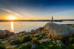 Mann, der am Rand des Felsens steht Lizenzfreies Stockbild