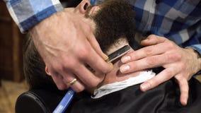 Mann, der Rasur am Friseursalonabschluß oben hat Berufsfriseur, der gerades Rasiermesser mit Gel der scharfen Klinge und der Crem stock video footage