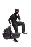 Mann in der Raubschablone, die ein carrycot anhält Stockbilder