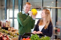 Mann, der Reife der Melone überprüft Lizenzfreies Stockfoto