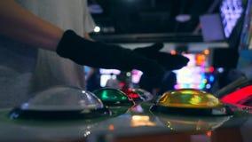 Mann, der Retro- Arcade Machine Game spielt und hellen Kontrolleur Buttons drückt 4K stock video