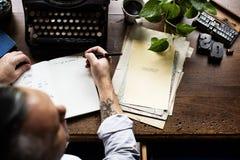 Mann, der Retro- Schreibmaschinen-Maschinen-Arbeits-Verfasser verwendet Lizenzfreie Stockfotografie